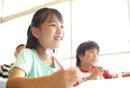 鉛筆を手に笑っている女の子