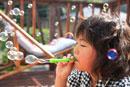 シャボン玉を作る女の子