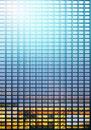 窓ガラスに光の反射するビル