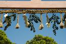上賀茂神社鳥居の注連縄を望む