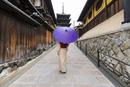 京都夢見坂を上がる傘をさした女性