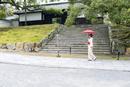 青蓮院の参道を歩く和装の女性