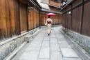 京都石塀小路を歩く着物の女性