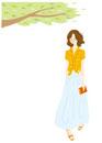 ポーチをもって歩いている女性と木