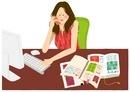 パソコンをしながら電話をしている女性