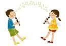 リコーダーを吹く男の子と女の子