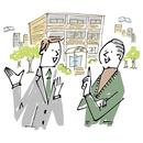 マンションの前で話をする担当者とシニア男性