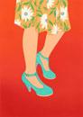 花のスカートとブルーのパンプス