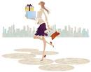 街で沢山荷物を抱え買い物する嬉しそうな女性