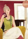 部屋でソファに座る女性