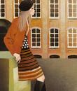 建物の前で門に寄りかかる女性
