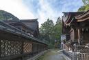 三尾神社本殿(写真左)と境内