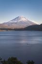本栖湖より望む冠雪した富士山