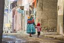 ボリビア先住民アイマラ族の民族衣装で歩く家族