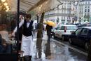 パリのカフェのギャルソン