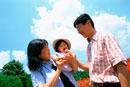 公園で子供を抱く両親