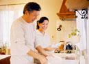 皿を洗うミドルカップル