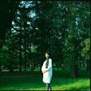 森林の中に立つ妊婦