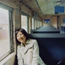 電車に乗っている女の子