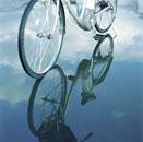 水たまりに映る自転車と青空