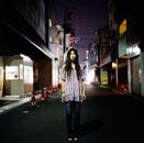夜道に立つ長い髪の女性