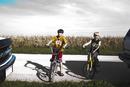 自転車に乗る男の子と車