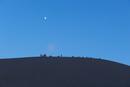 夜の砂丘と月