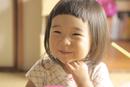 ご飯を食べている笑顔の女の子