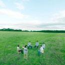 草原で椅子に座る若者達