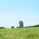 草原を歩く夫婦