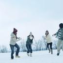 雪原で遊ぶ若者たち