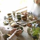 和食の朝食を食べるシニア夫婦