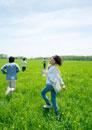 草原を走る4人の若者たち