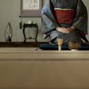 茶道具を並べ正座をする着物姿のシニア女性
