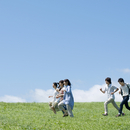 草原を走る5人の大学生