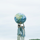 地球のボールを持つカップル