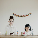 テーブルの上に並ぶクリスマスグッズと親子