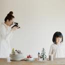 クリスマスに娘の写真を撮る母親