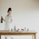 クリスマスパーティーの準備をする女性