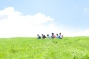 草原を歩く小学生