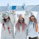 スノーボードを持ち微笑む3人の女性