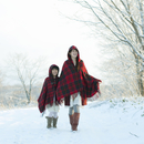雪道を歩く親子