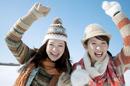 雪原ではしゃぐ2人の女性