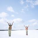 雪原に立ち両手を広げる2人の女性