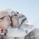雪を吹く3人の女性