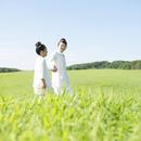 草原で手をつなぐ親子