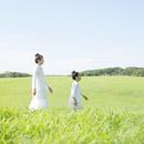 草原を歩く親子