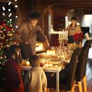クリスマスパーティーの準備をする家族