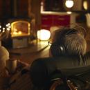 ヘッドホンで音楽を聴くシニア男性