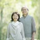 新緑の中で微笑むシニア夫婦